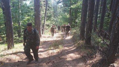 Военнослужещи от Сухопътните войски продължават да гасят пожара над село Югово