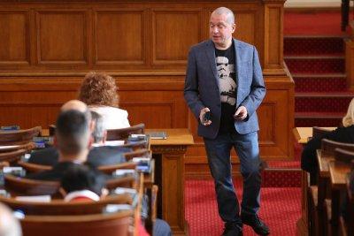 Промени ли се дрескодът в НС след забележката към Филип Станев? (Снимки)