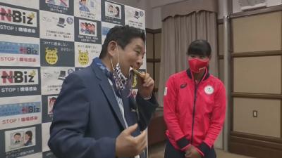 Японска шампионка ще получи нов златен медал, кметът на Нагоя нахапа нейния от радост