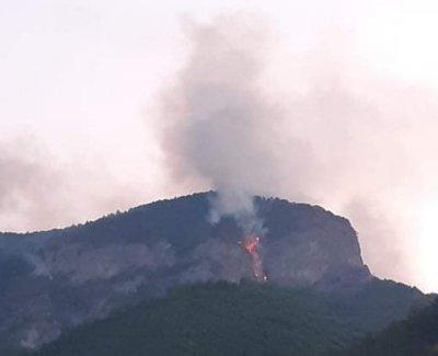 Продължава гасенето на пожара над Нареченски бани (ВИДЕО)