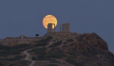 """""""Есетрова"""" Луна в Гърция"""