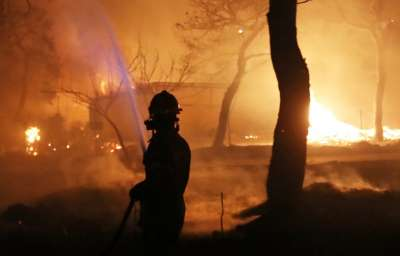 Пожарникари се борят с огнена стихия край Атина