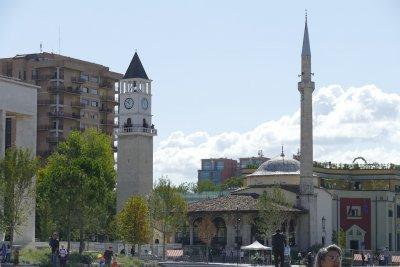 Полицейски час остава в сила в Албания