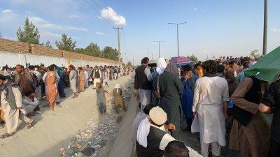 Километрични опашки от желаещи да избягат от Афганистан