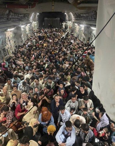 Най-малко 12 души са загинали около зоната на летището в Кабул