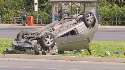 Кола се обърна по таван след катастрофа във Варна