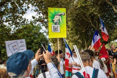 Намаляват протестиращите срещу здравния пропуск във Франция