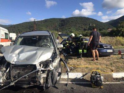 Жена загина, а две деца са ранени в тежка катастрофа на пътя Казанлък - Шипка