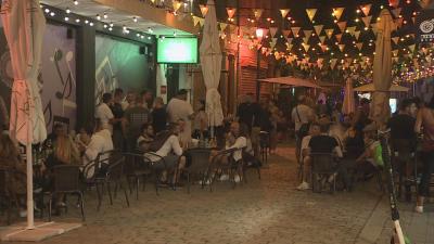 В червената COVID зона: Фестивали и препълнени заведения