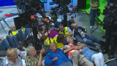 Антиваксъри нахлуха в обществената телевизия на Словения