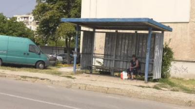 Кола блъсна две момичета на спирка във Враца