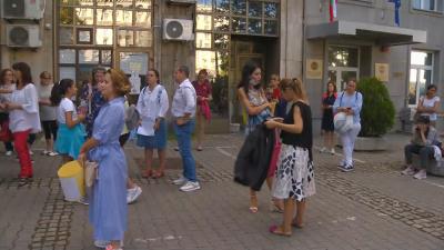 Родители протестираха пред МЗ с искане за присъствена учебна година