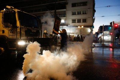 Сблъсъци между полиция и протестиращи срещу задължителните ваксини за медици в Гърция