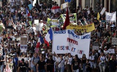 Над 160 000 французи протестираха срещу санитарните пропуски