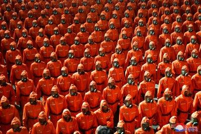 Хиляди в защитно облекло излязоха на военен парад в Северна Корея (Снимки)