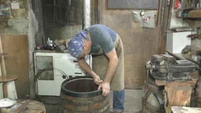 Как се изработват традиционни съдове за ракия и вино?