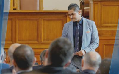 """Скандалът """"500К"""": Бурни коментари в кулоарите на парламента"""