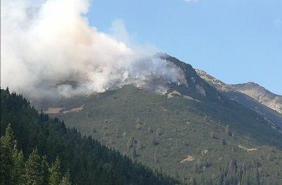Голям пожар гори в труднодостъпен терен над село Бели Искър (СНИМКИ)