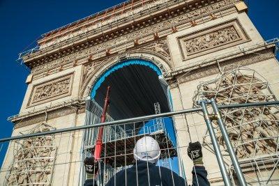 25 000 кв. метра плат и 3 км въже за опаковането на Триумфалната арка (Снимки)