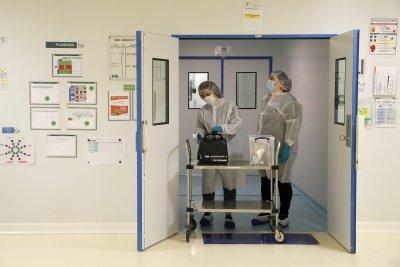 Само ваксинирани медици могат да работят във Франция от днес