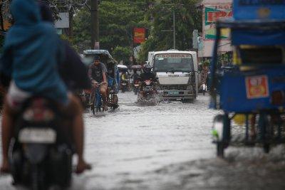 Евакуираха близо 12 000 души заради тайфун на Филипините