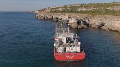 Започна операцията по прехвърлянето на товара от заседналия край Камен бряг кораб