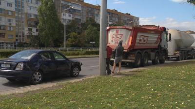 Катастрофа с цистерна и камион в София