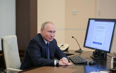 Путин гласува на изборите през телефона на свой помощник