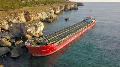 Има ли замърсяване? Взеха проби от водата до заседналия кораб край Камен бряг