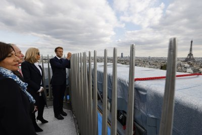 Макрон откри инсталацията на опакованата Триумфална арка по проект на Кристо