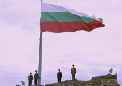Националният трибагреник беше издигнат с военен ритуал в Царевец
