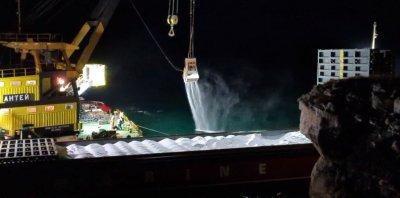 Видео показва как азотни торове от заседналия кораб се изсипват в морето