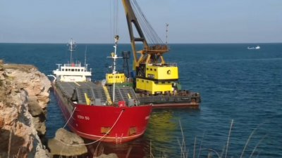 Започна разтоварването на заседналия край Камен бряг кораб (ВИДЕО)