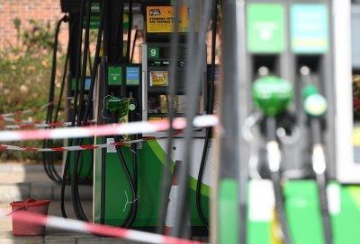 Четвърти ден продължава хаосът по британските бензиностанции