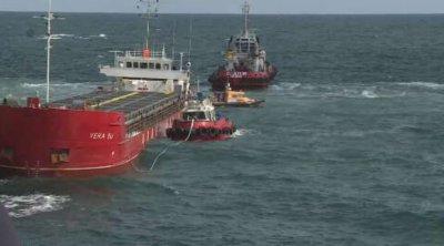 Започнаха опитите по изтеглянето на заседналия край Камен бряг кораб