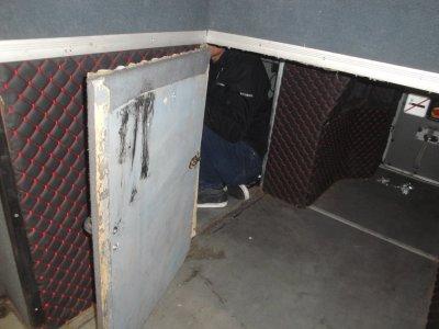 Задържаха петима незаконни мигранти, скрити в тайник на автобус