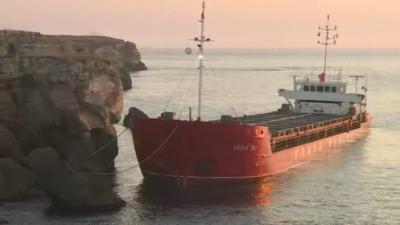 Аварийни екипи ще укрепват заседналия край Яйлата кораб
