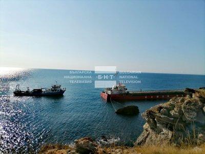 НА ЖИВО: Как продължава акцията по изтеглянето на заседналия край Камен бряг кораб
