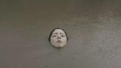 Авангардна статуя изплува и изчезва във водите на река Нервион в Билбао