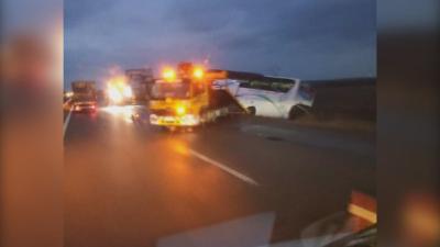 """Дрогиран шофьор обърна автобус с 20 пътници на АМ """"Тракия"""""""