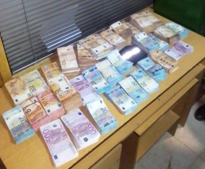 Митничари откриха над 500 000 недекларирани евро в арматурното табло на товарен автомобил