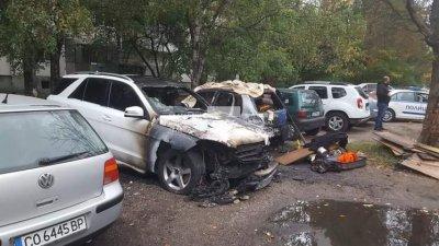 """Две коли са опожарени в кв. """"Света Троица"""" (СНИМКИ)"""