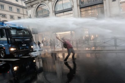 Водни оръдия срещу протестиращи заради ковид сертификатите в Рим (СНИМКИ)
