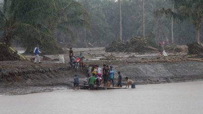 Тропическата буря Компасу удари Филипините, има загинали