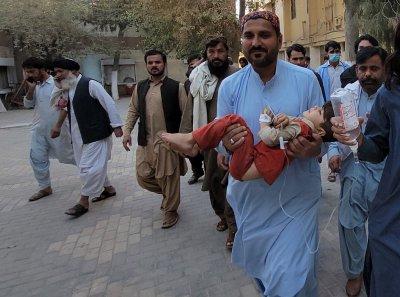Силен трус в Пакистан взе десетки жертви, ранените са над 300