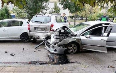 Екшън в Разград: Шофьор помете патрули и частни коли след гонка с полицията (СНИМКИ)