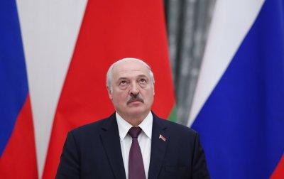 Лукашенко влезе без маска в ковид болница