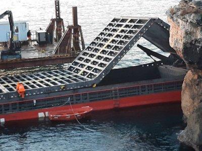 """Нова пробойна в корпуса на кораба """"Вера Су"""" затруднява разтоварването му"""