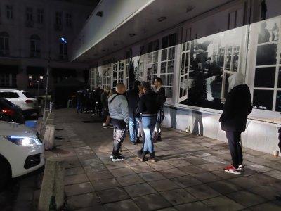 За вход в заведения: Опашки пред мобилни пунктове за бързи антигенни тестове в София