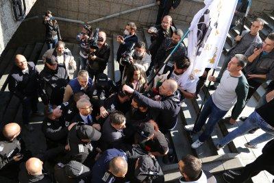 Протестиращи нападнаха просветния министър пред президентството (Снимки)